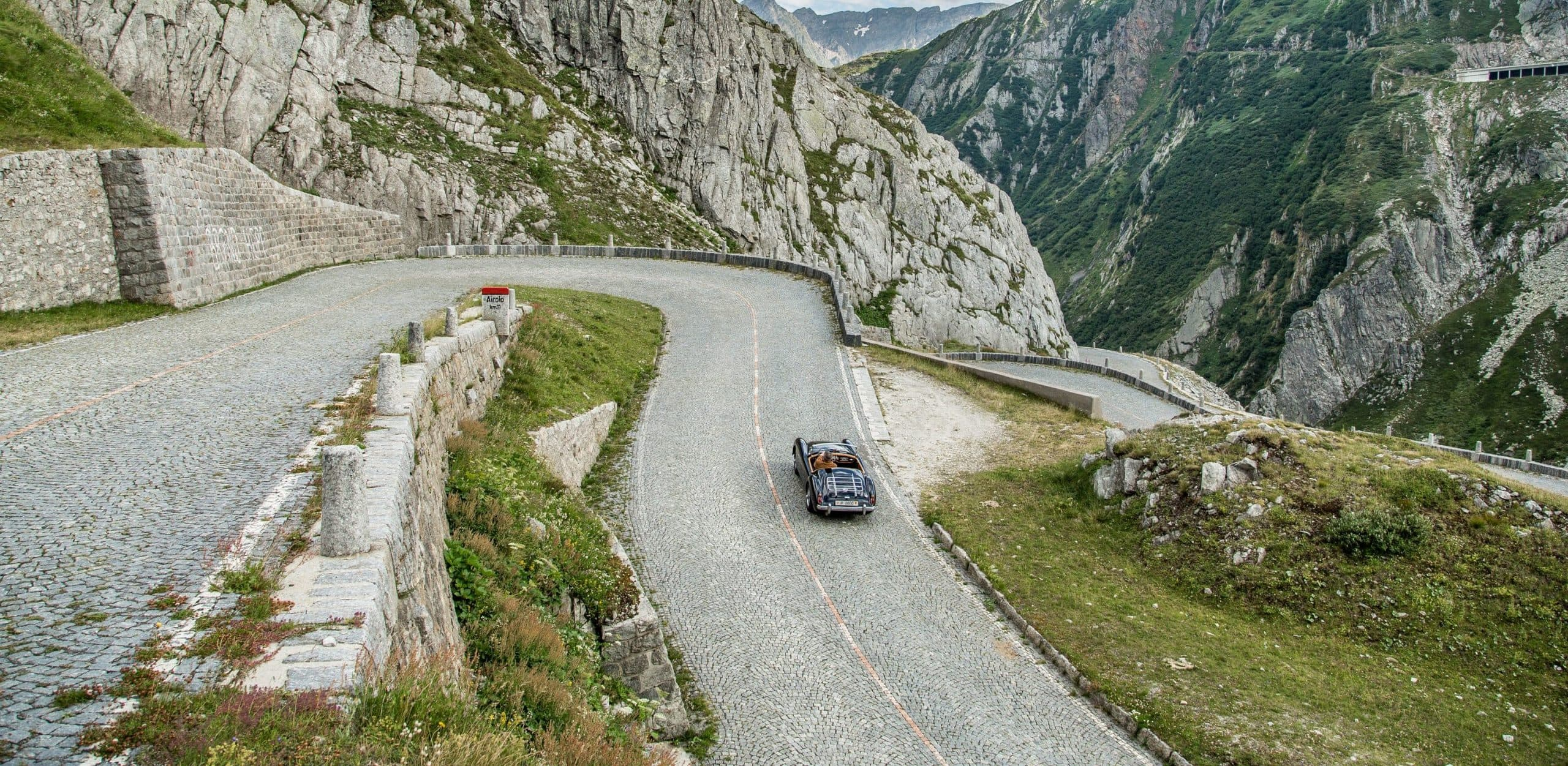 Met de auto over de Gotthard pass in zwitserland
